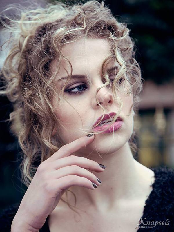 Knapsels-fotoshoot-makeafuss-closeup-front-curls-updo-makeup