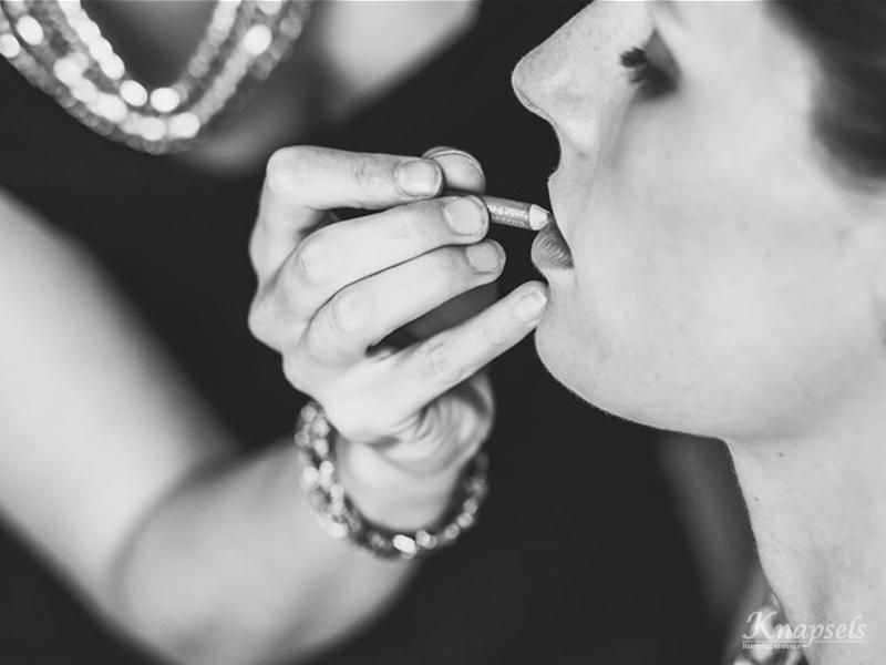 Knapsels-bruiloft-samara-voorbereidingen-make-up-lipstick