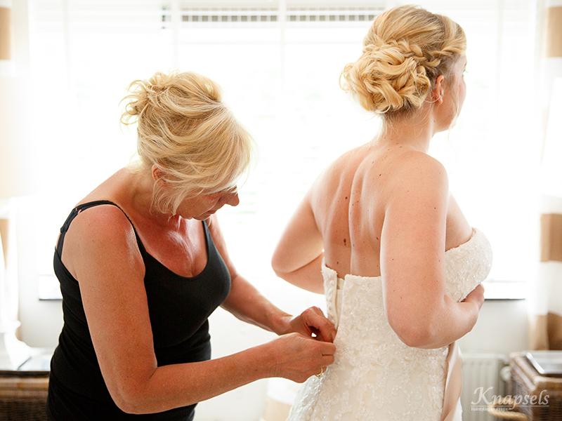 Knapsels-bruiloft-kim-jurk-aandoen